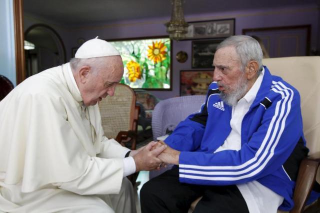 El Papa Francisco saluda con apretón de manos prolongado a Fidel Castro
