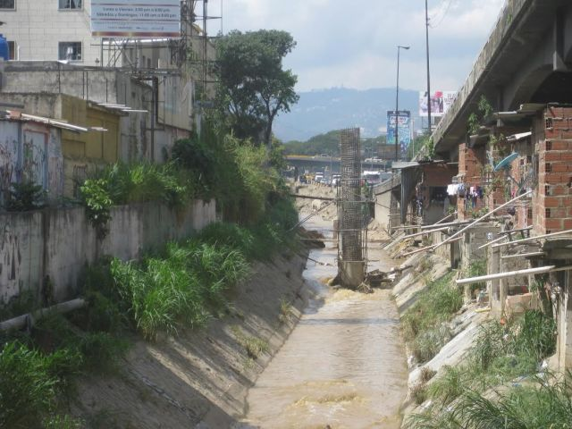 Pilote construido en pleno cauce del Río Valle para ampliación de la autopista