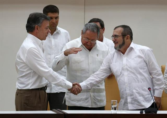 Rodrigo Londoño (Timochenko) y el presidente Santos. Cuba