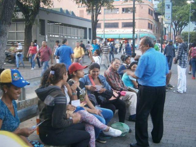 Luis Fuenmayor Toro en el Boulevard de Catia en amena conversación con la gente
