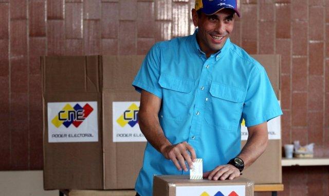El gobernador de Miranda Henrique Capriles vota en las elecciones parlamentarias