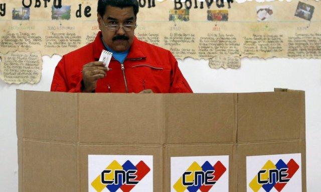 El presidente Nicolás Maduro ejerce su derecho al voto en Caracas el 5-12-2015