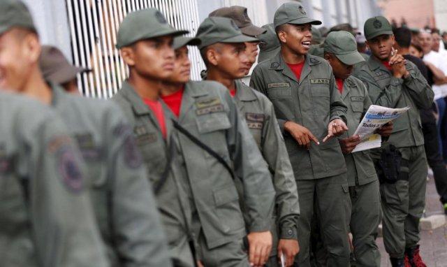Soldados esperan su turno para votar en Caracas