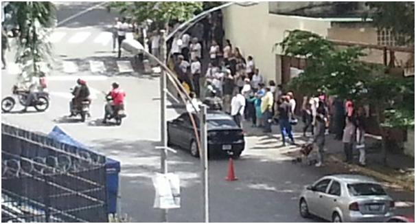 Motorizados Chavistas intentan amedrentar repetidamente en Colegio la Concepción. Caracas