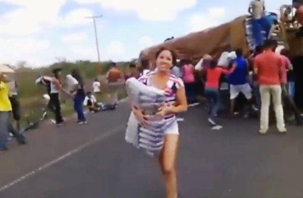 xac. Saqueada gandola con víveres. Carretera Puerto Ordaz-Ciudad Bolívar. 19-5-2016