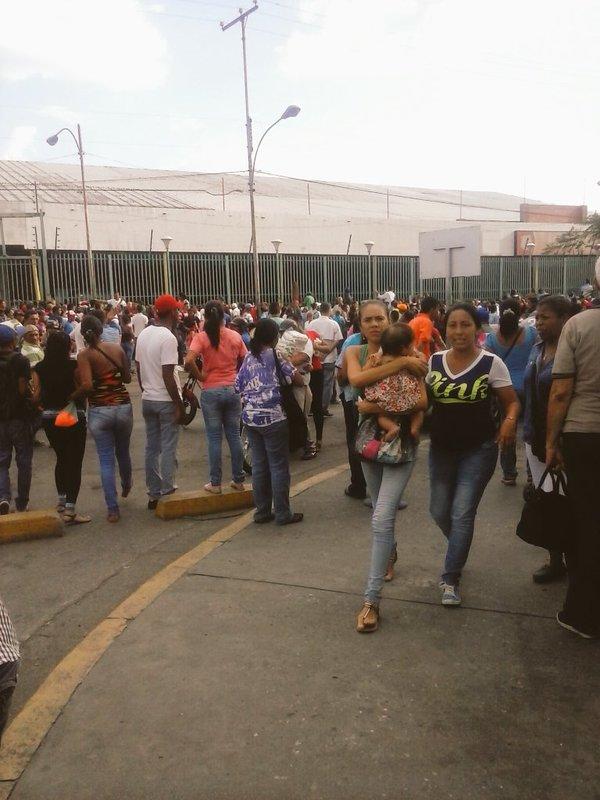 xad. Saqueado automercado frente al Seguro Social. Maracay. 20-5-2016