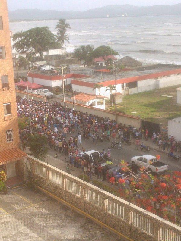 xbb. Protesta en Higuerote por falta de comida. Hambre le gritaban a la Guardia Nacional. 20-5-2016