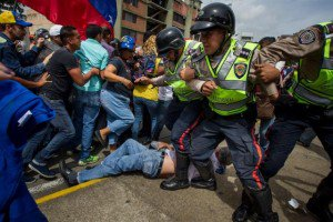 xbe. Fuerzas policiales impidieron el paso de los manifestantes.