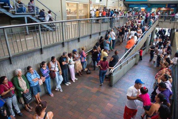 xc. Largas filas de gente tratando de adquirir algún producto. Imagen cotidiana