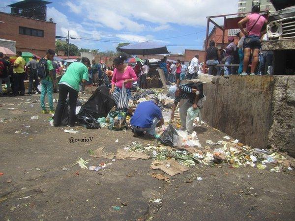 xca. Busqueda de comida en los desperdicios. Mercado. Coche. Ccs. 22-5-2016